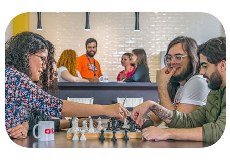 Pessoas jogando xadrez na CI&T