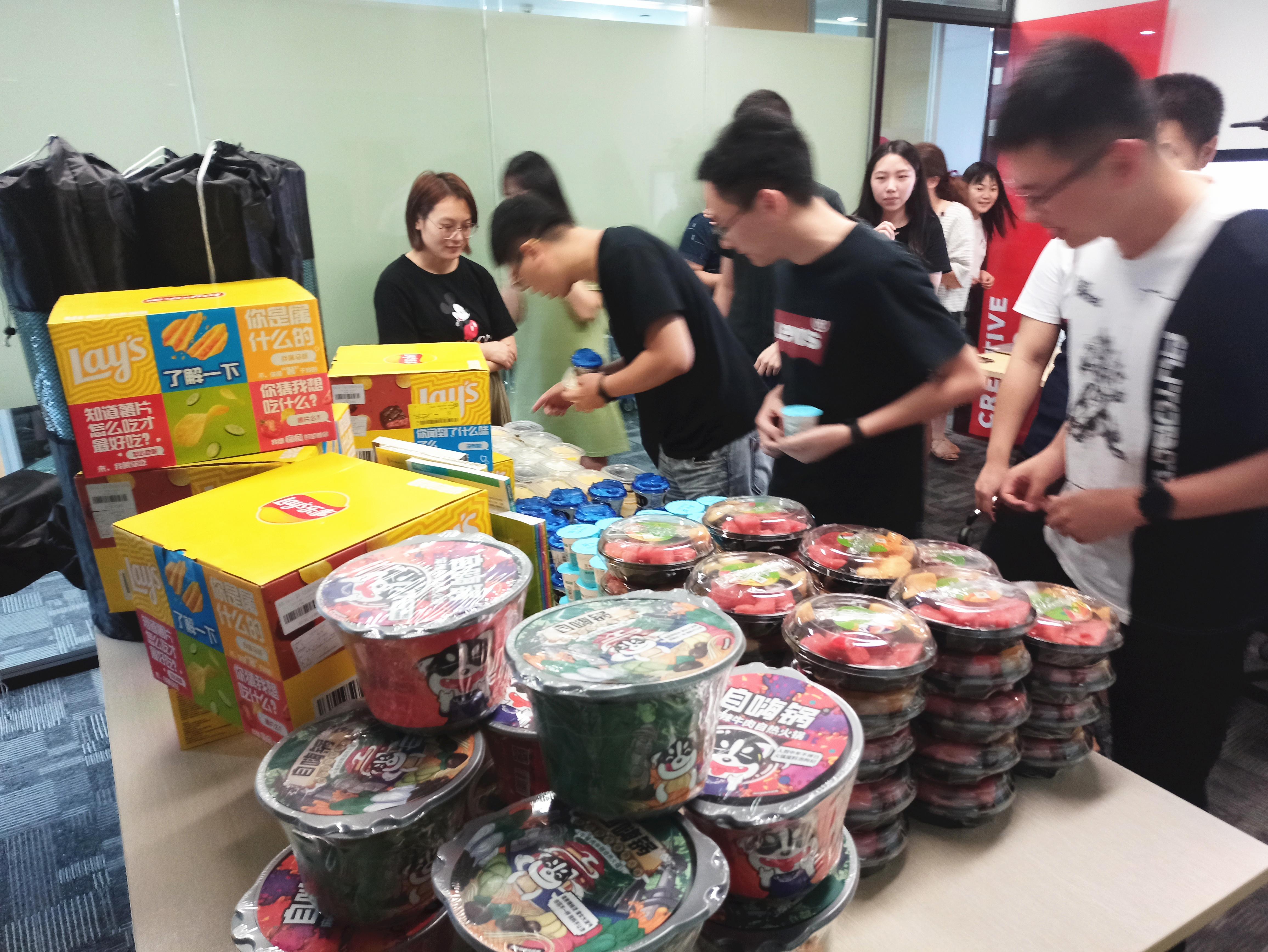 CI&T China employees grabbing food