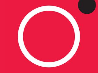 Em um fundo vermelho, um aro branco e um círculo preto